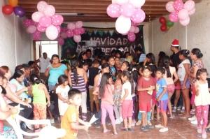 Dzieci z biednych okolic Limy organizowanej dla nich imprezie świątecznej
