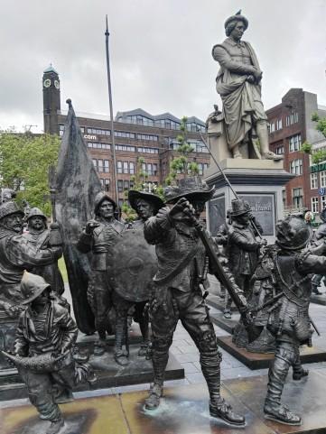 "Pomnik Rembrandta i figury nawiązujące do obrazu ""Straż Nocna"""
