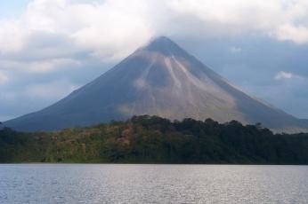 Widok z jeziora na wulkan